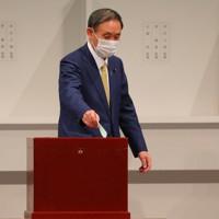 自民党総裁選で投票する菅義偉官房長官=東京都内のホテルで2020年9月14日午後2時17分、長谷川直亮撮影