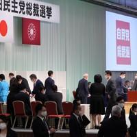 自民党総裁選で次々と投票する自民党の国会議員ら=東京都内のホテルで2020年9月14日午後2時20分、宮武祐希撮影