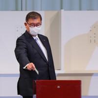 自民党総裁選で投票する石破茂元幹事長=東京都内のホテルで2020年9月14日午後2時8分、長谷川直亮撮影