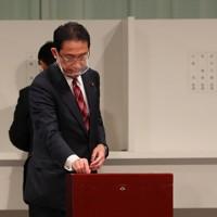 自民党総裁選で投票する岸田文雄政調会長=東京都内のホテルで2020年9月14日午後2時13分、長谷川直亮撮影