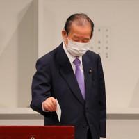 自民党総裁選で投票する二階俊博幹事長=東京都内のホテルで2020年9月14日午後2時21分、長谷川直亮撮影