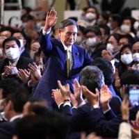 自民党の新総裁に決まり、議員たちの拍手に応える菅義偉官房長官=東京都内のホテルで2020年9月14日午後3時21分、宮武祐希撮影