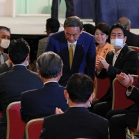 自民党の新総裁に決まり、議員たちの拍手に一礼して応える菅義偉官房長官(中央)=東京都内のホテルで2020年9月14日午後3時20分、長谷川直亮撮影