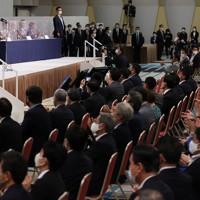 自民党の新総裁に決まり、あいさつする菅義偉官房長官(左)=東京都内のホテルで2020年9月14日午後3時32分、宮武祐希撮影