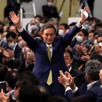 自民党の新総裁に決まり、議員たちの拍手に応える菅義偉官房長官=東京都内のホテルで2020年9月14日午後3時24分、宮武祐希撮影