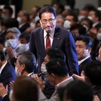 自民党総裁選で落選となり、厳しい表情で議員らにあいさつする岸田文雄政調会長=東京都内のホテルで2020年9月14日午後3時34分、宮武祐希撮影