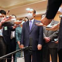 自民党総裁選を終え、記者の質問に答える二階俊博幹事長(中央)=東京都内のホテルで2020年9月14日午後4時4分、長谷川直亮撮影