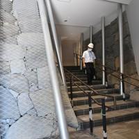 報道陣に公開された熊本城大天守の内部。むきだしになった石垣も見られる=熊本市中央区で2020年9月14日午後0時54分、矢頭智剛撮影
