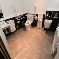 報道陣に公開された熊本城大天守のトイレ。バリアフリーになっている=熊本市中央区で2020年9月14日午後0時41分、矢頭智剛撮影