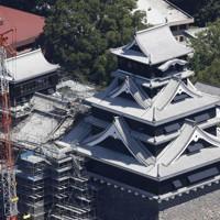 2016年の熊本地震で損壊し、内装工事中に報道公開された熊本城の大天守=熊本市で2020年9月14日午前11時28分、本社ヘリから