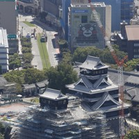 2016年の熊本地震で損壊し、内装工事中に報道公開された熊本城の大天守=熊本市で2020年9月14日午前11時26分、本社ヘリから