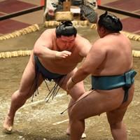 正代(左)が押し出しで玉鷲を降す=東京・両国国技館で2020年9月14日、大西岳彦撮影
