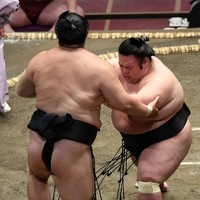 貴景勝(右)が押し出しで隠岐の海を降す=東京・両国国技館で2020年9月14日、北山夏帆撮影