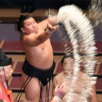 取組前に塩をまく照強=東京・両国国技館で2020年9月14日、北山夏帆撮影
