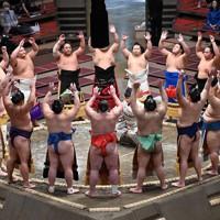 土俵入りをする幕内の力士たち=東京・両国国技館で2020年9月14日、大西岳彦撮影