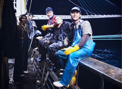 乗り込んでいた中国漁船でインドネシア人船員の仲間と一緒に笑顔を見せるマシャリさん(手前)=2020年3月、本人提供