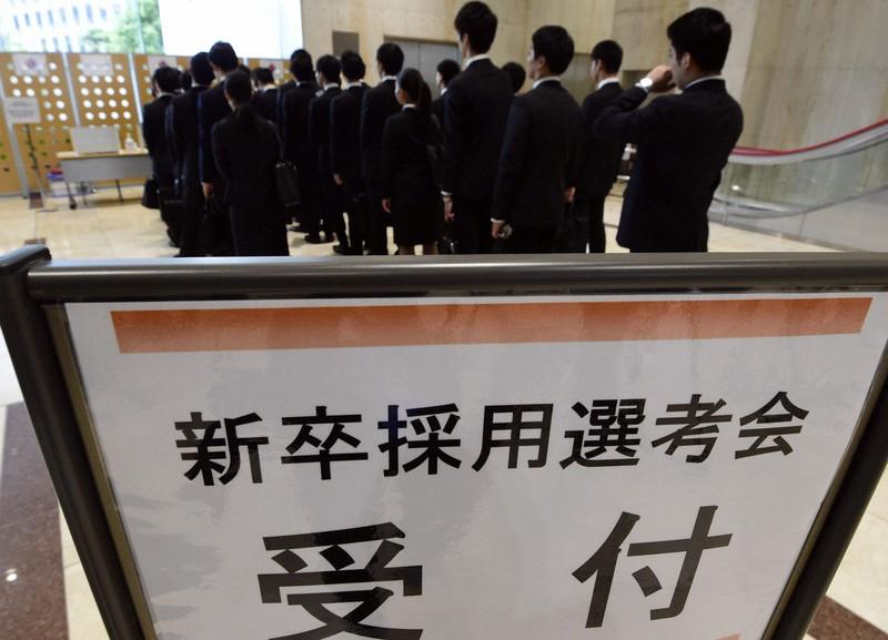 大企業の採用選考が開始され、面接の受付に並ぶ就活生ら=東京都新宿区で2019年6月1日午前9時5分、北山夏帆撮影