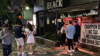 新宿ゴールデン街は近年、若者や外国人らでにぎわうようになった=東京都新宿区で
