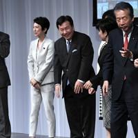 立憲民主党結党大会を終え、笑顔を見せる枝野幸男代表(中央)=東京都港区で2020年9月15日、竹内紀臣撮影