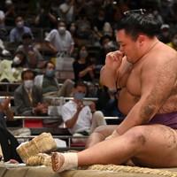 照ノ富士に上手投げで敗れ、土俵に座り込む朝乃山=東京・両国国技館で2020年9月15日、大西岳彦撮影
