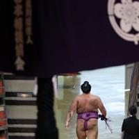 照ノ富士に上手投げで敗れ、土俵を後にする朝乃山=東京・両国国技館で2020年9月15日、吉田航太撮影