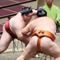 御嶽海(右)を押し出しで破った隆の勝=東京・両国国技館で2020年9月15日、吉田航太撮影
