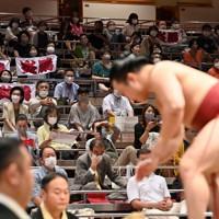 タオルを掲げて炎鵬(右)を応援する観客=東京・両国国技館で2020年9月15日、大西岳彦撮影
