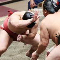 佐田の海(右)に立ち向かう炎鵬=東京・両国国技館で2020年9月15日、吉田航太撮影