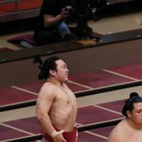佐田の海に上手投げで敗れ、歯を食いしばる炎鵬=東京・両国国技館で2020年9月15日、吉田航太撮影