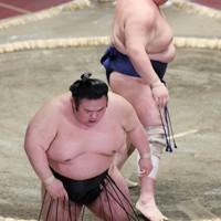 北勝富士(奥)に押し出しで敗れた貴景勝=東京・両国国技館で2020年9月15日、吉田航太撮影