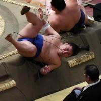 阿武咲(奥)に寄り倒しで敗れ、土俵から落ちる若隆景=東京・両国国技館で2020年9月15日、吉田航太撮影
