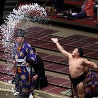 取組前、塩をまく照強=東京・両国国技館で2020年9月15日、吉田航太撮影