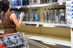 ハリケーンに備えて家庭用の水を購入する消費者 Bloomberg