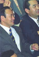 New member Yoshihide Suga, left, attends a question and answer session at a plenary session of the House of Representatives in December 1996, after being elected for the first time in the 1996 October House of Representatives election. (Mainichi)