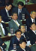 Yoshihide Suga, third from right in the second row, is seen at a plenary session of the House of Representatives in January 1997 in his first term as a lower house member. Shinzo Abe, in his second term as a lower house member, is seen at top right in the fourth row. (Mainichi)
