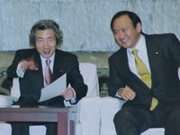 Yoshihide Suga, right, meets Prime Minister Junichiro Koizumi as a member of a young national assembly members' group to support Koizumi's reforms at the Diet building on Feb. 19, 2002. (Mainichi)