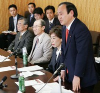 Deputy Minister of Internal Affairs and Communications Yoshihide Suga, right, speaks at a committee for the privatization of the governmental postal service at the Cabinet Office on April 3, 2006. (Mainichi/Satoshi Ishii)