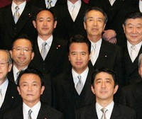 Minister of Internal Affairs and Communications Yoshihide Suga, left in the third row, who became a member of the Cabinet for the first time, and other ministers pose for a commemorative photo at the Prime Minister's Office on Sept. 26, 2006. (Mainichi/Kan Takeuchi)