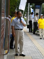 Yoshihide Suga, deputy chairman of an election committee for the Liberal Democratic Party, makes a speech on a street in the city of Yokohama, Kanagawa Prefecture, on Aug. 12, 2009. (Mainichi/Yu Takayama)
