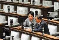 Yoshihide Suga, right, and Shinjiro Koizumi sit and talk in Liberal Democratic Party seats in the National Diet Building after a House of Representatives plenary session on Aug. 2, 2012. (Mainichi/Taro Fujii)