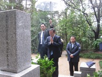 Yoshihide Suga, center, visits the tomb of Seiroku Kajiyama in the city of Hitachiota, Ibaraki Prefecture, on Jan. 14, 2013, after his assumption to the role of Chief Cabinet Secretary. (Mainichi/Miho Suzuki)
