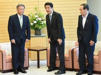 Okinawa Gov. Takeshi Onaga, left, is pictured with Prime Minister Shinzo Abe, center, and Chief Cabinet Secretary Yoshihide Suga before a meeting at the prime minister's office in Tokyo on May 23, 2016. (Mainichi)