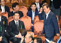 Former vice education minister Kihei Maekawa, center left, and Chief Cabinet Secretary Yoshihide Suga, center right, are seen during a Diet meeting over a scandal involving Kake Educational Institution on July 10, 2017. (Mainichi)