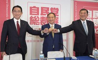 From left, Fumio Kishida, Yoshihide Suga and Shigeru Ishiba pose for a commemorative photo at a press conference at the Liberal Democratic Party's headquarters in Tokyo's Chiyoda Ward after an election campaign for the party's presidency was announced on Sept. 8, 2020. (Mainichi/Kan Takeuchi)