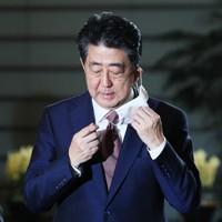 取材に応じるため、マスクをはずす安倍晋三首相=首相官邸で2020年9月16日午前8時56分、吉田航太撮影