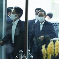首相官邸に入る菅義偉氏=東京都千代田区で2020年9月16日午前8時44分、吉田航太撮影