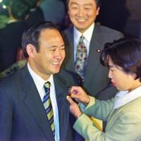 衆院選初当選後の特別国会召集日に初登院し、職員に議員バッジを着けてもらう自民党の菅義偉氏=国会内で1996年11月7日撮影