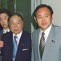参院選での自民党惨敗を受けて行われる総裁選で、出馬する梶山静六氏(中央)が民放テレビ番組に出演。終了後、梶山氏とともにテレビ局を出る菅義偉氏(右)=東京都内で1998年7月19日撮影