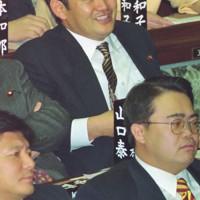 1997年の衆院本会議に臨む衆院議員1期目の菅義偉氏。前年の衆院選で初当選した=国会内で1997年12月撮影