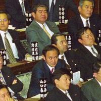 1997年の衆院本会議に臨む衆院議員1期目の菅義偉氏(2列目の右から3人目)。前年の衆院選で初当選した。4列目右は衆院議員2期目の安倍晋三氏=国会内で1997年1月撮影